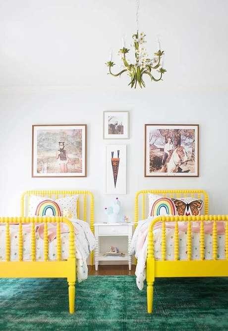36. Cama amarela e almofadas infantil decorativas decoram o dormitório compartilhado. Fonte: Revista Viva Decora 2