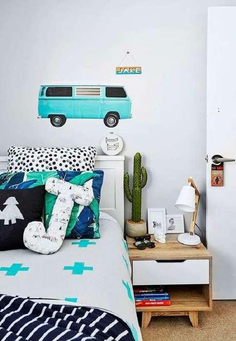 16. Almofada infantil decorativa com formato J se destaca sobre a cama. Fonte: Revista Viva Decora 2