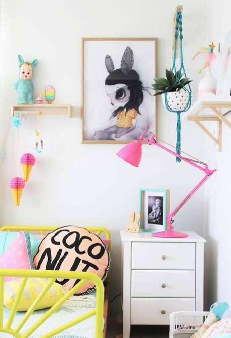 35. Cama amarela de ferro e almofada infantil decoram o dormitório. Fonte: Revista Viva Decora 2