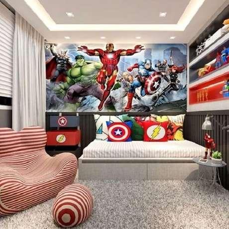 5. Papel de parede da Marvel e almofada infantil menino com estampa de heróis. Fonte: Revista Viva Decora