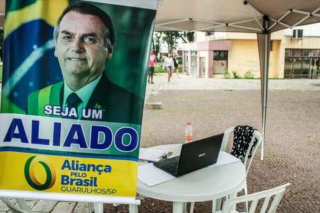 Apoiadores do partido Aliança pelo Brasil coletam assinaturas em Guarulhos