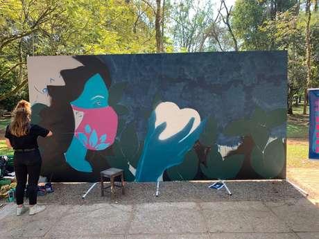 Clara Leff executa mural no Parque do Ibirapuera./