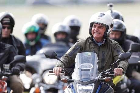 Presidente Jair Bolsonaro durante passeio de moto com apoiadores em Brasília REUTERS/Ueslei Marcelino