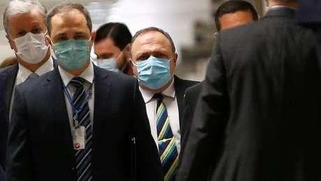 Pazuello (ao centro) chegando à CPI; ele disse que ministério agiu para dar autonomia e orientação aos médicos no uso de remédios que já estavam sendo usados