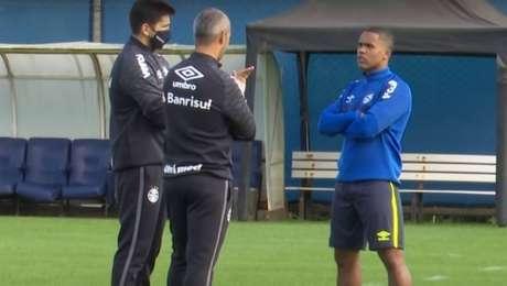 Douglas Costa conversa com o técnico Tiago Nunes em treino do Grêmio