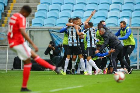 Ferreira, jogador do Grêmio, comemora seu gol na partida contra o Internacional