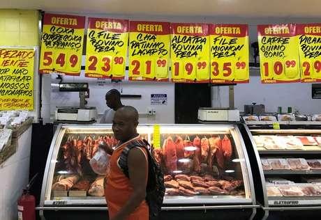 Consumidor compra carnes em um supermercado no Rio de Janeiro REUTERS/Pilar Olivares