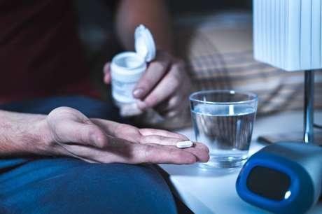 Todas as possíveis causas precisam ser tratadas antes de iniciar o uso de medicações específicas