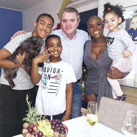 Angélica vive com a família na Bélgica.