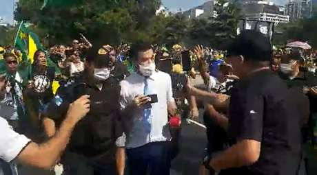 Os apoiadores de Bolsonaro cercaram o repórter da CNN Brasil; vários transmitiram o ato de intimidação ao vivo em redes sociais