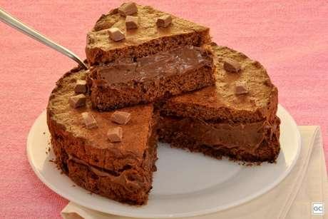 Guia da Cozinha - Receita irresistível de cookie gigante recheado com brigadeiro