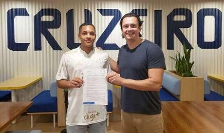 Vitor Roque já foi alvo de disputa entre o Cruzeiro e América-MG. O Coelho acusou a Raposa de aliciar o jogador, então com 14 anos(Divulgação/Cruzeiro)