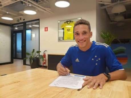 Robert agora está vinculado à Raposa como jogador profissional(Divulgação/Cruzeiro)