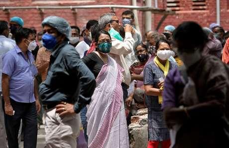 Pessoas aguardam para vacinação contra Covid-19 em Kolkata  12/5/2021 REUTERS/Rupak De Chowdhuri