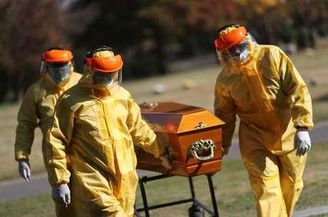 Coveiros com traje de proteção fazem treinamento para sepultamentos de infectados por Covid-19 em Buenos Aires 17/05/2021 REUTERS/Agustin Marcarian
