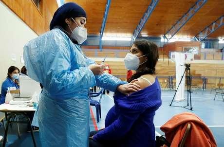 Gestante é vacinada contra Covid no Chile  28/4/2021  REUTERS/Rodrigo Garrido