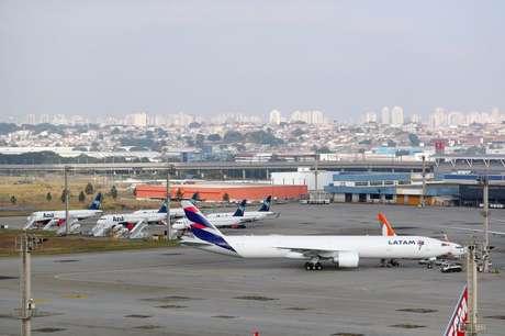 Aeronaves de Azul e Latam no aeroporto de Guarulhos (SP)  19/05/2020 REUTERS/Amanda Perobelli