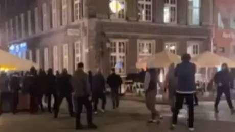 Torcedores doManchester United são atacadosno lado de fora de um bar, na cidade de Gdansk, na Polônia.