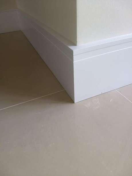 5. Rodapé de gesso para chão com piso de porcelanato bege – Foto Bela Ferrrgens