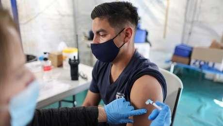 Só a vacinação rápida, com medidas restritivas, é capaz de controlar a transmissão, apontam cientistas