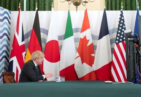 Bandeiras dos países do G7 no gabinete do primeiro-ministro britânico durante cúpula online de fevereiro 19/02/2021 Geoff Pugh/Pool via REUTERS