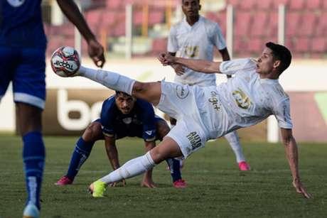A Raposa lutou muito, mas com dois a menos em campo não conseguiu parar o Confiança-SE-(Gustavo Aleixo/Cruzeiro)