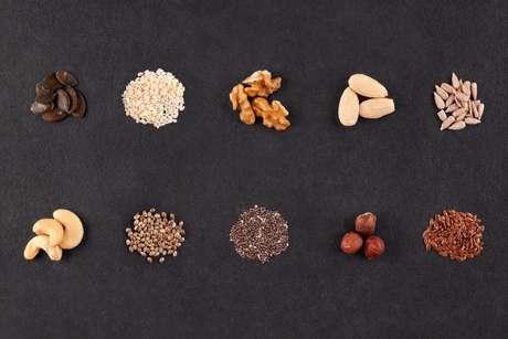 Sementes ricas em ômega-3 como a linhaça, chia, castanha, nozes e amendoim são ótimas opções para incluir na dieta