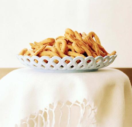 Também conhecido como tarallini ou tarallucci, receita rende 50 unidades. Reprodução / Facebook