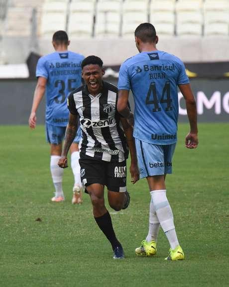 Com gol no fim, Ceará vence Grêmio na estreia do Brasileirão