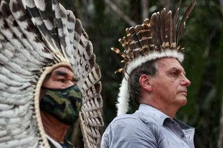 Presidente Jair Bolsonaro encontra indígenas e ouve o hino nacional durante visita a base militar em São Gabriel da Cachoeira, no Estado do Amazonas, Brasil 27/05/2021 Marcos Correa/Divulgação via REUTERS