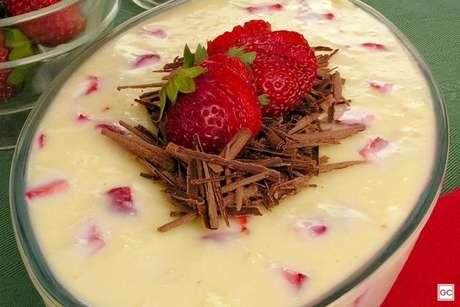 Guia da Cozinha - Sobremesa fácil de creme de morango e chocolate branco
