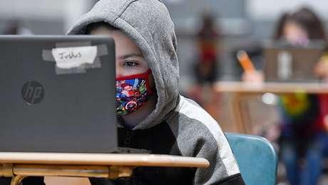 Engajamento com ensino remoto e combate à evasão escolar são consideradas estratégias cruciais para mitigar perdas na educação