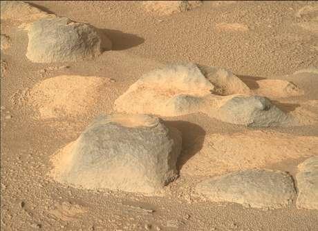 """O rover também é equipado com uma variedade de câmeras diferentes. Esta imagem foi tirada pelo """"olho direito"""" da Mastcam-Z do Perseverance, uma de duas câmeras que fornecem uma visão estéreo semelhante à que os olhos humanos veriam."""