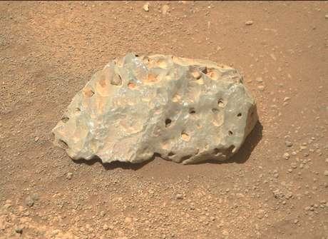 O Perseverance é equipado com um laser projetado para ajudá-lo a coletar dados sobre a geologia do planeta. Enquanto investigava esta rocha de 15 cm, o instrumento deixou uma linha tênue de pontos que é visível perto de seu centro.