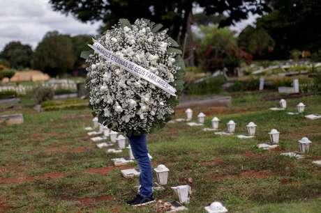 Funeral de vítima da Covid-19 no cemitério Campo da Esperança, em Brasília (DF)  29/04/2021 REUTERS/Ueslei Marcelino