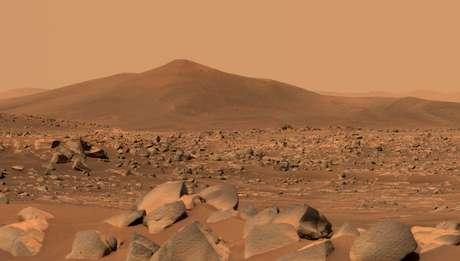 Esta imagem mostra Santa Cruz, uma colina a cerca de 1,5 milhas (2,5 km) de distância do rover. A cena inteira está dentro da cratera Jezero de Marte; a borda da cratera pode ser vista na linha do horizonte além da colina.