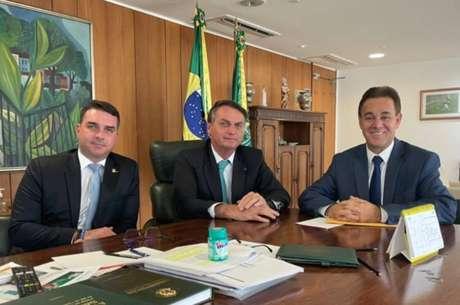 Flávio e Jair Bolsonaro em encontro com o presidente do Patriota, Adilson Barroso