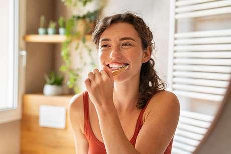 Qualquer tipo de alimento que fique preso nos dentes vai servir para às bactérias formarem uma cárie