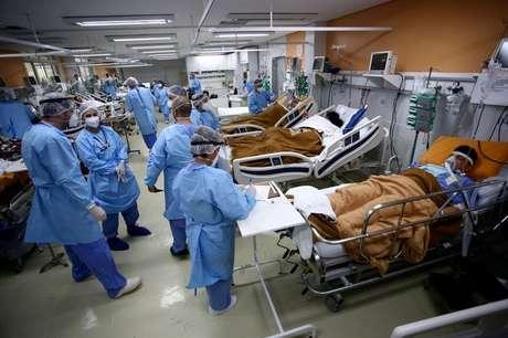 Profissionais da saúde cuidam de pacientes na sala de emergência do Hospital Nossa Senhora da Conceição. sobrecarregado pela pandemia de Covid-19, em Porto Alegre 11/03/2021 REUTERS/Diego Vara/Foto de Arquivo