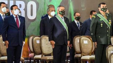 Troca de comando do Exército em maio após demissão da cúpula das Forças Armadas por Bolsonaro