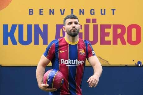 Aguero foi apresentado como jogador do Barcelona (Foto: LLUIS GENE / AFP)