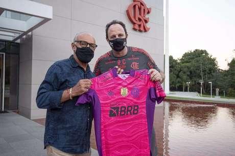 Junior e Ceni posam para foto com camisa do Flamengo (Foto: Alexandre Vidal/Flamengo)