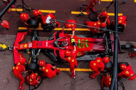 Lavoro simultaneo ai box di Monaco: gli sponsor ringraziano per la visione.