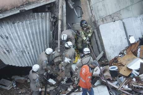 Um prédio residencial de quatro andares localizado em Rio das Pedras, na zona oeste do Rio de Janeiro, desabou