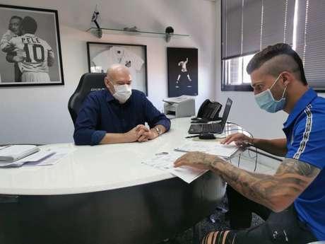 Danilo Boza assinou o contrato com o Santos nesta semana (Foto: Divulgação/Santos FC)