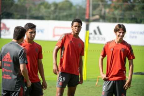 Garotos do Ninho treinaram com o elenco profissional de Rogério Ceni (Foto: Alexandre Vidal / Flamengo)