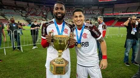 Gerson e Gomes com a taça do Carioca (Foto: Alexandre Vidal/CRF)