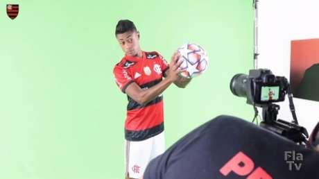 Bruno Henrique na sessão (Foto: Reprodução / FlaTV / OneFootball)