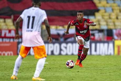 O meia Max, formado no Ninho do Urubu, em ação pelo Flamengo (Foto: Marcelo Cortes/Flamengo)