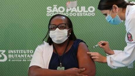 Enfermeira Monica Calazans foi primeira pessoa a ser vacinada com a CoronaVac no Brasil fora dos testes clínicos, no dia 17 de janeiro